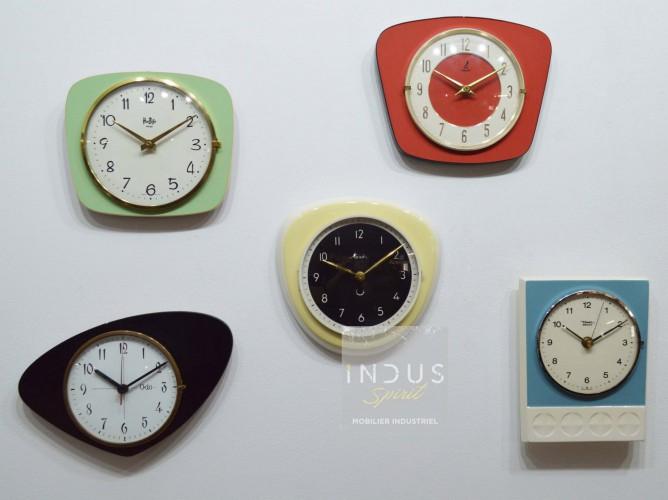 Mur d'horloges vintage