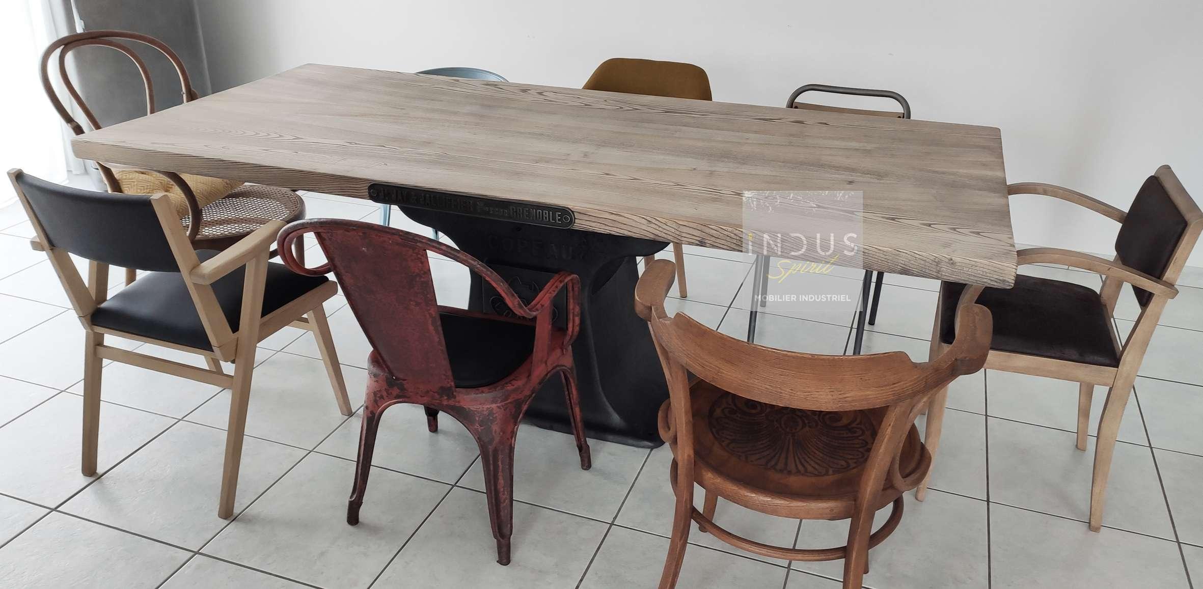 Chaise-déparaillée-autour-table.jpg